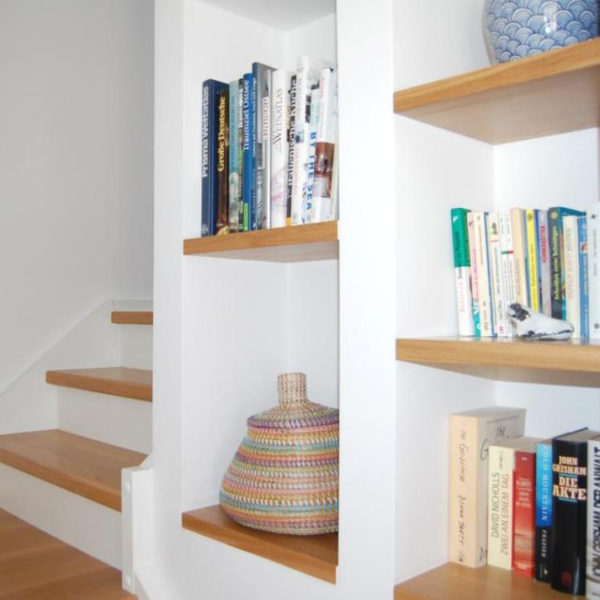 Treppenaufgang mit Regal